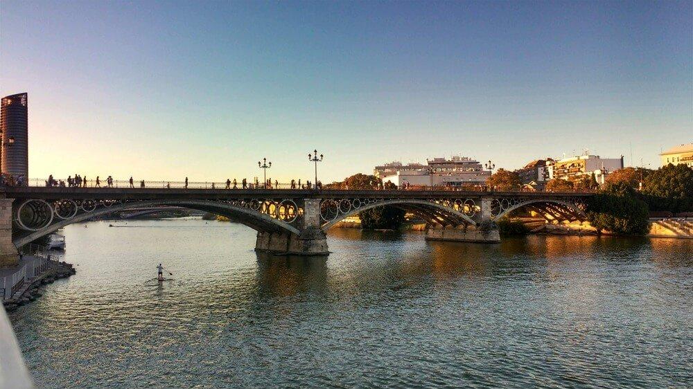 Guadalquivir rivier en Puente de Triana, Sevilla, Spanje
