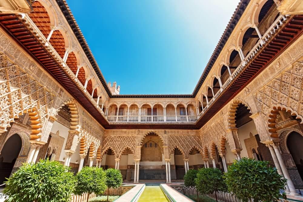 Paleis van Alcazar, Beroemde Andalusische Architectuur. Oude Arabische paleis in Sevilla, Spanje. Versierde boog en kolom.