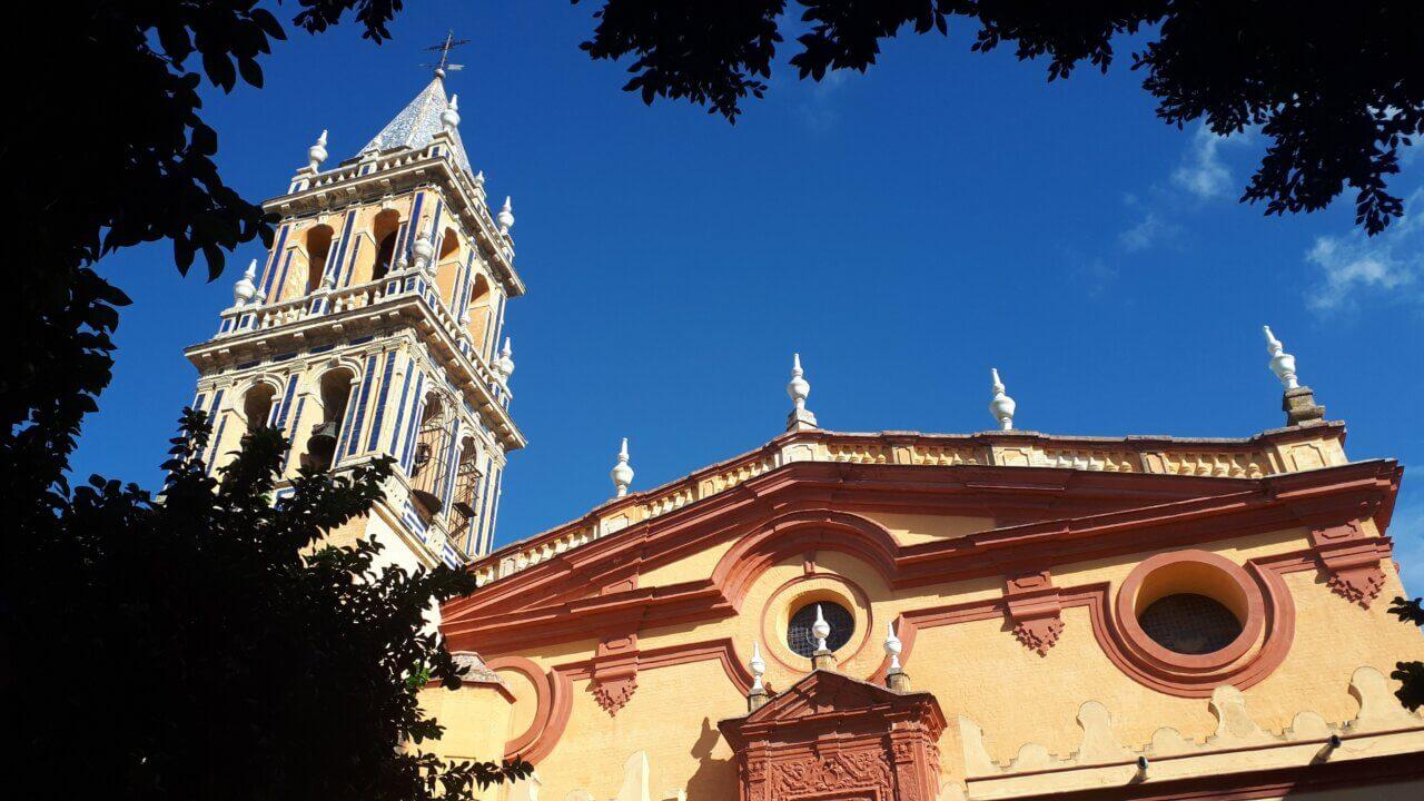 De Santa Ana Parochie in Triana, Sevilla. Strakblauwe lucht daarboven.