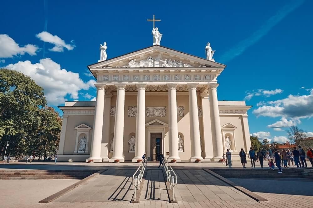 Het landschap van de kathedraal en de klokkentoren van Vilnius op een zonnige dag in de oude stad van Vilnius, Litouwen.