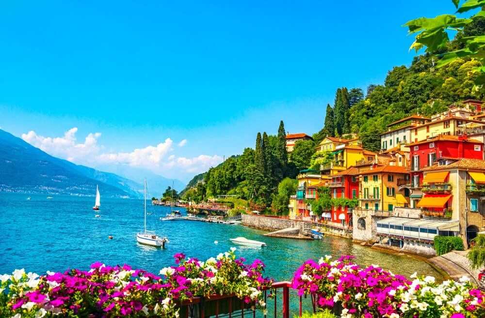Varenna stad in Como Lake District. Italiaans traditioneel dorp aan het meer. Italië, Europa.