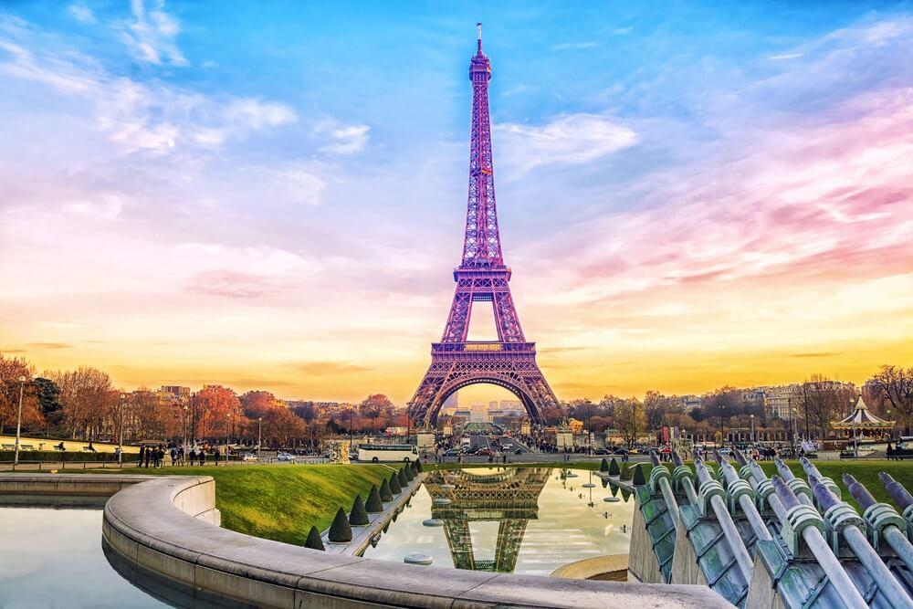 Eiffeltoren bij zonsondergang in Parijs, Frankrijk. Romantische reisachtergrond.