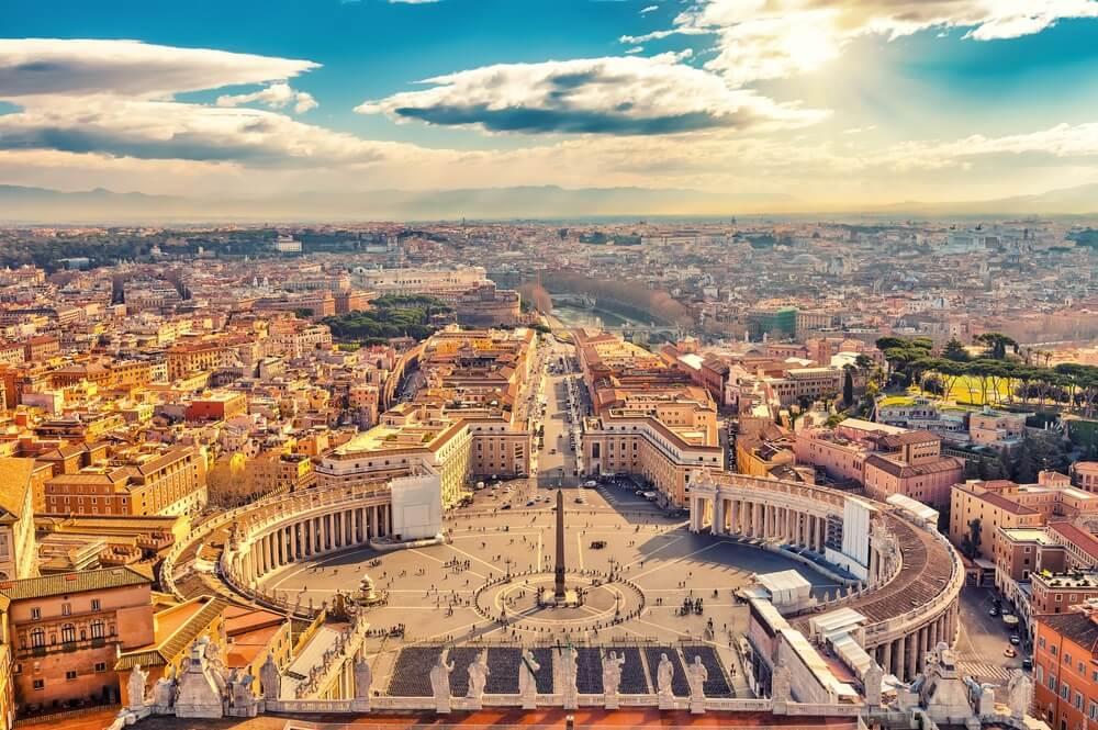 Sint-Pietersplein in in het Vaticaan en luchtfoto van Rome.