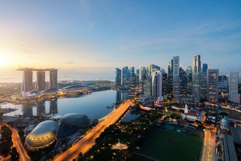 Luchtfoto van Singapore zakenwijk en stad bij schemering in Singapore, Azië.