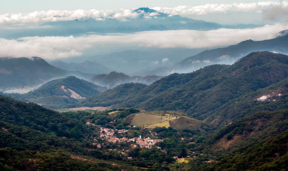 Uitzicht op de Mexicaanse stad El Tuito vanaf de La Bufa