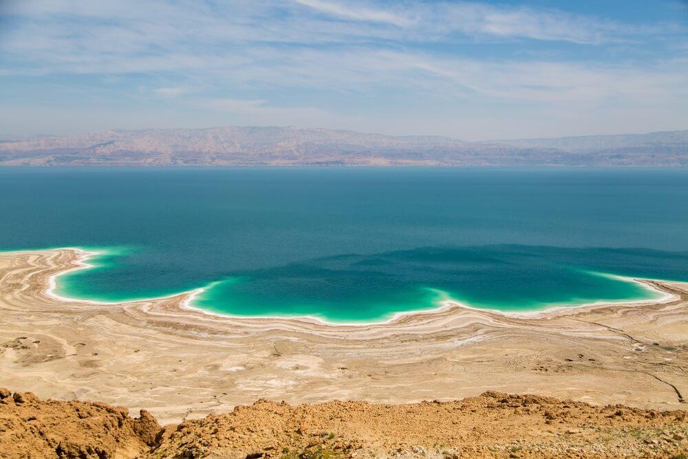 Luchtfoto van de Dode Zee. Woestijn daaromheen en aan de overkant Jordanië.