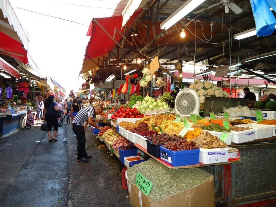 Kraampjes met groenten en fruit op de Carmel Market, Tel Aviv.