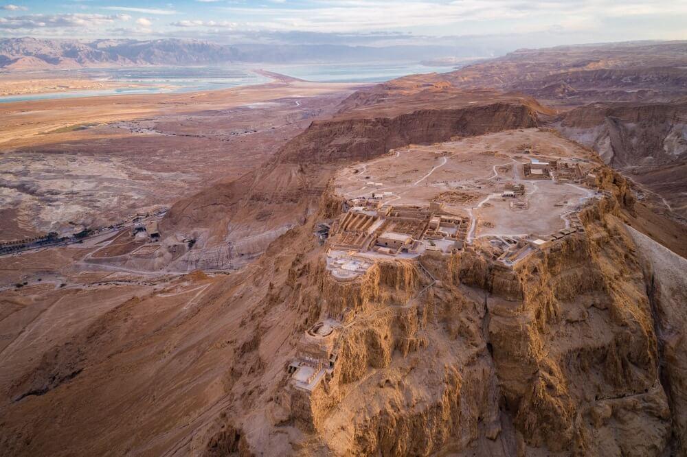 Uitzicht over de ruïnes van Masada in Israël.