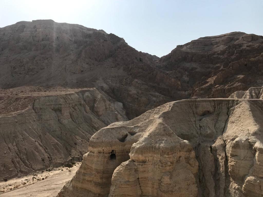 Woestijnlandschap op de route tussen de Dode Zee en Eilat. Strakblauwe lucht daarboven.