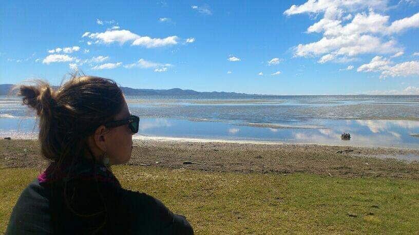 Uitkijken over het meer bij  Monumento Natural de los Pozuelos, Argentinië.