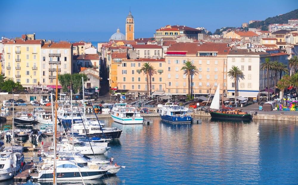 De haven van Ajaccio met vastgelegde jachten en plezierboten, het eiland van Corsica, Frankrijk