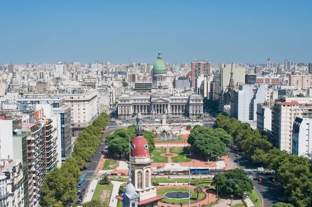 Uitzicht over het centrum van Buenos Aires, groene parken en statige gebouwen. Blauwe lucht.