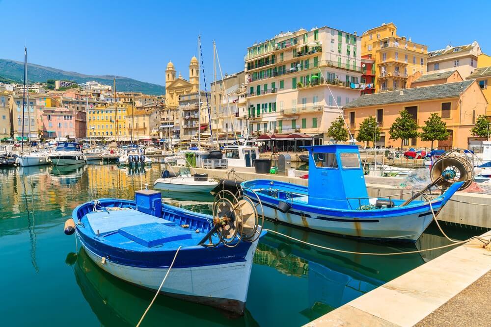 Vissersboten in Bastia-haven op zonnige de zomerdag, het eiland van Corsica, Frankrijk