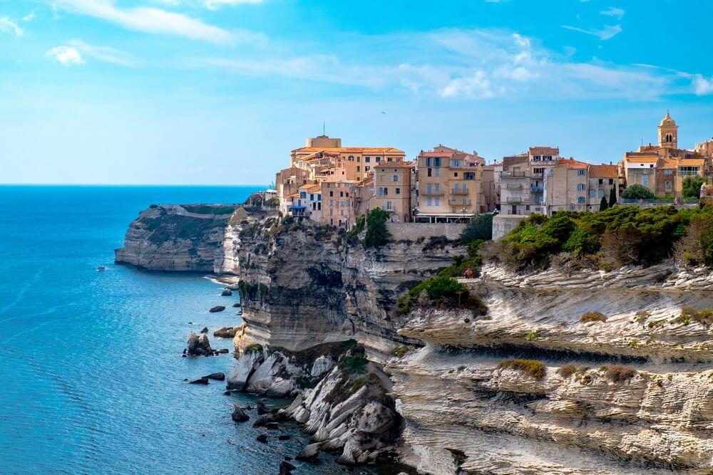 Zeegezicht van Bonifacio - Corsica - Frankrijk. Blauwe lucht daarboven.