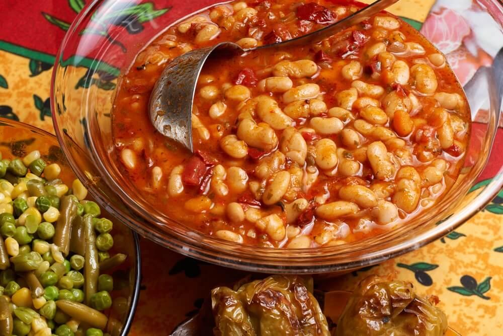 Traditioneel gerecht uit Bulgarije; een bonenschotel met tomatensaus, en sperziebonen salade.