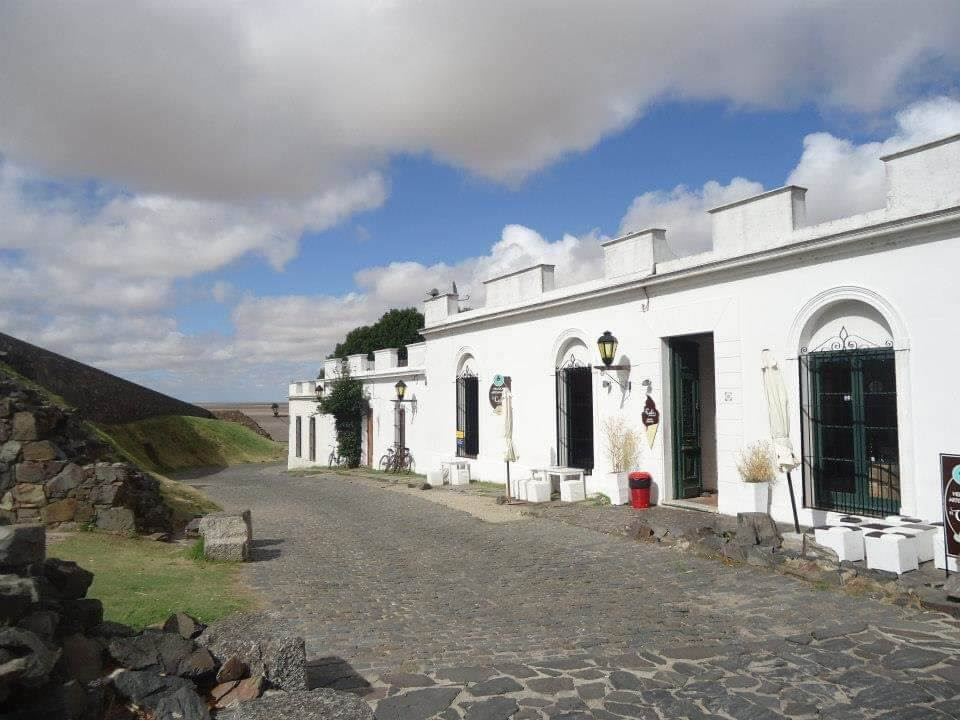 Colonia del Sacramento, Uruguay. Oude centrum met witte huisjes naast de dijk.
