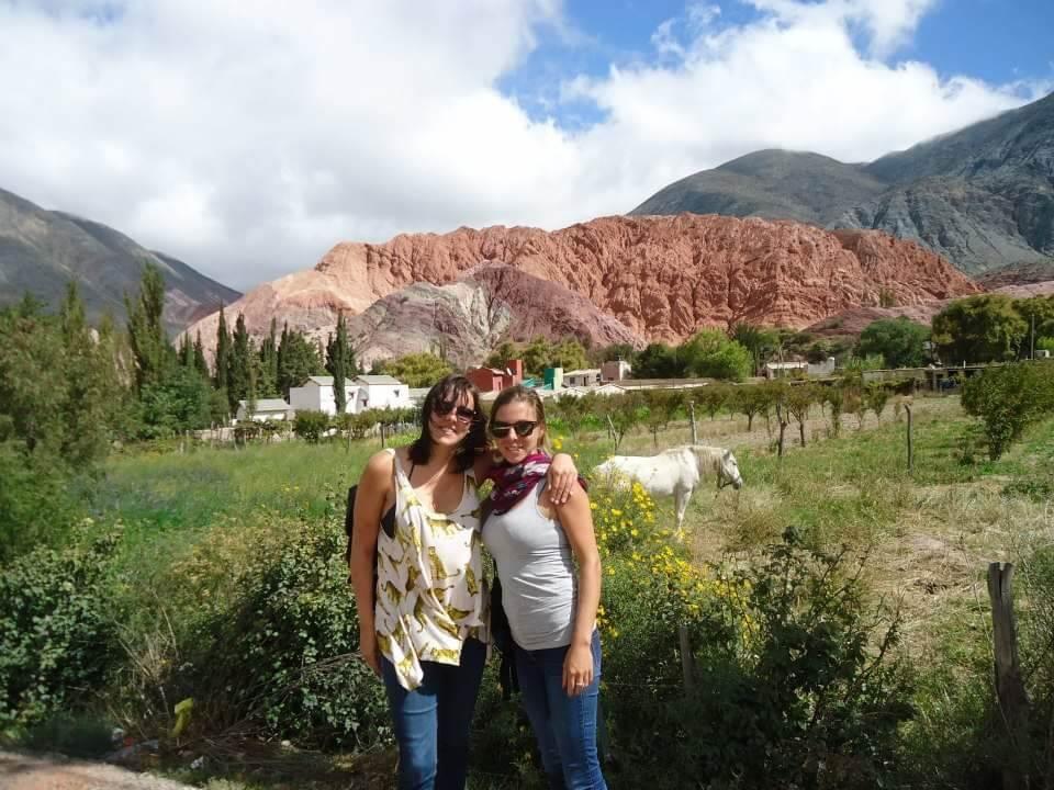 Cerro los siete Colores, Purmamarca. twee vrouwen poseren voor de foto.