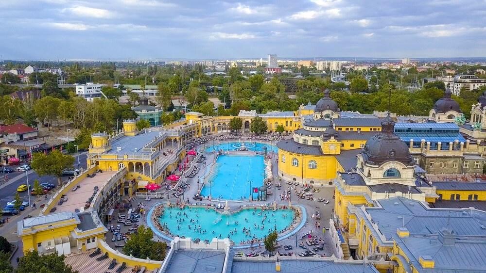 Luchtfoto van zwembad Gellert spa en bad Boedapest, Hongarije.