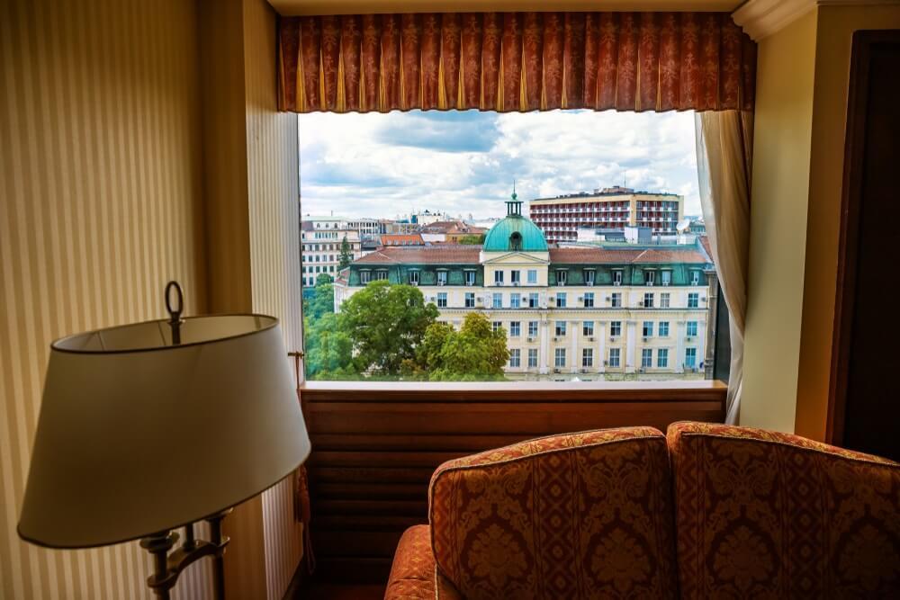 Uitzicht op oude gebouwen in Sofia, Bulgarije, vanuit een middenklasse hotel. Oud bollige indeling.