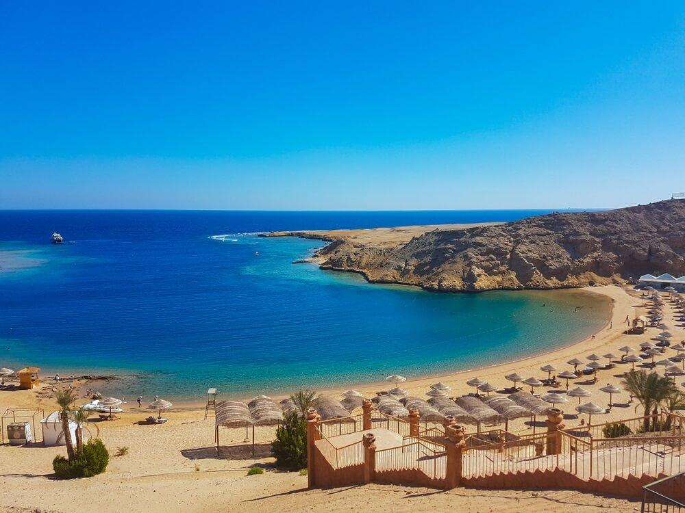 Mooie Rode Zeekust met turkoois en blauw water in Hurghada, Egypte
