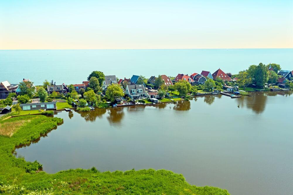 Het traditionele dorp Uitdam aan het IJsselmeer in Nederland.
