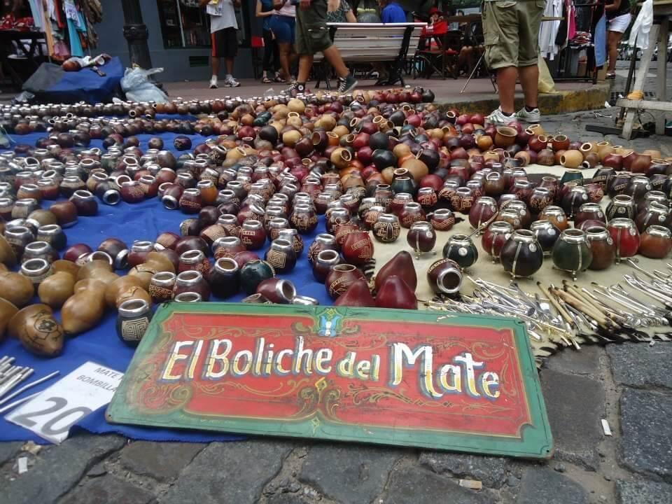 tientallen mate mokken liggen op een kleed op de grond bij de San Telmo markt in Buenos Aires.
