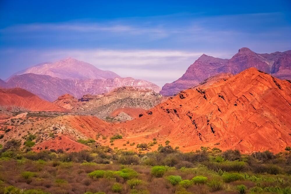 Omgeving van Salta met zijn betoverende gekleurde bergen.