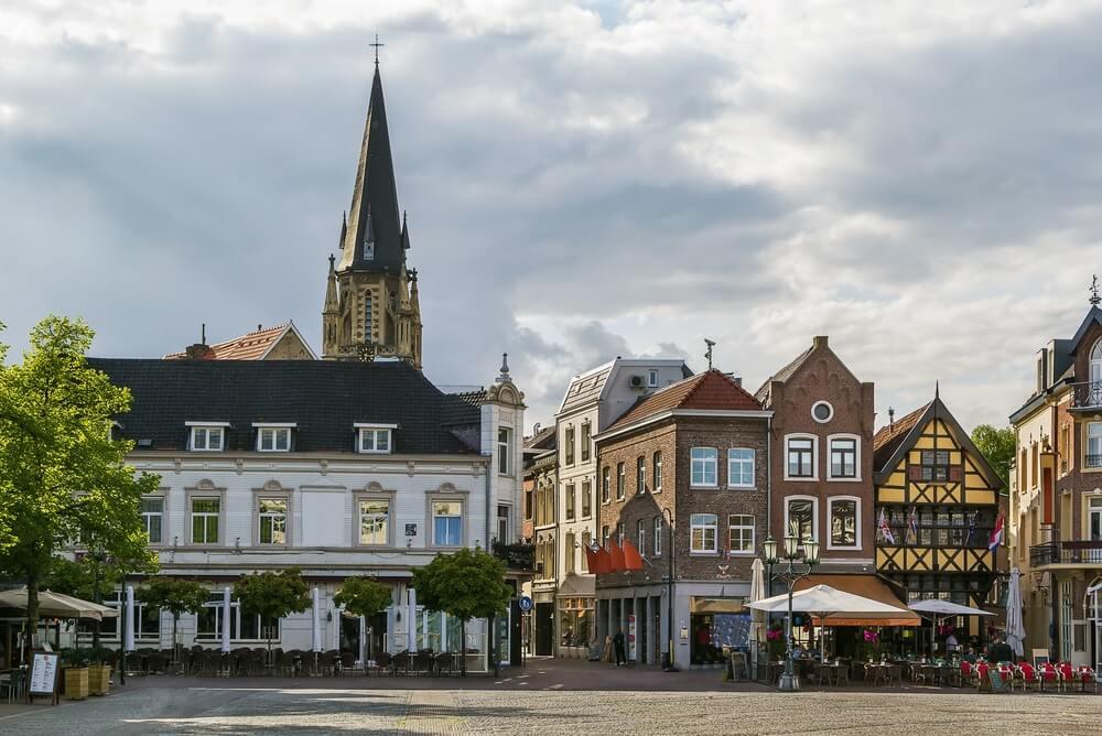 Sittard marktplein met historische huizen, Nederland.