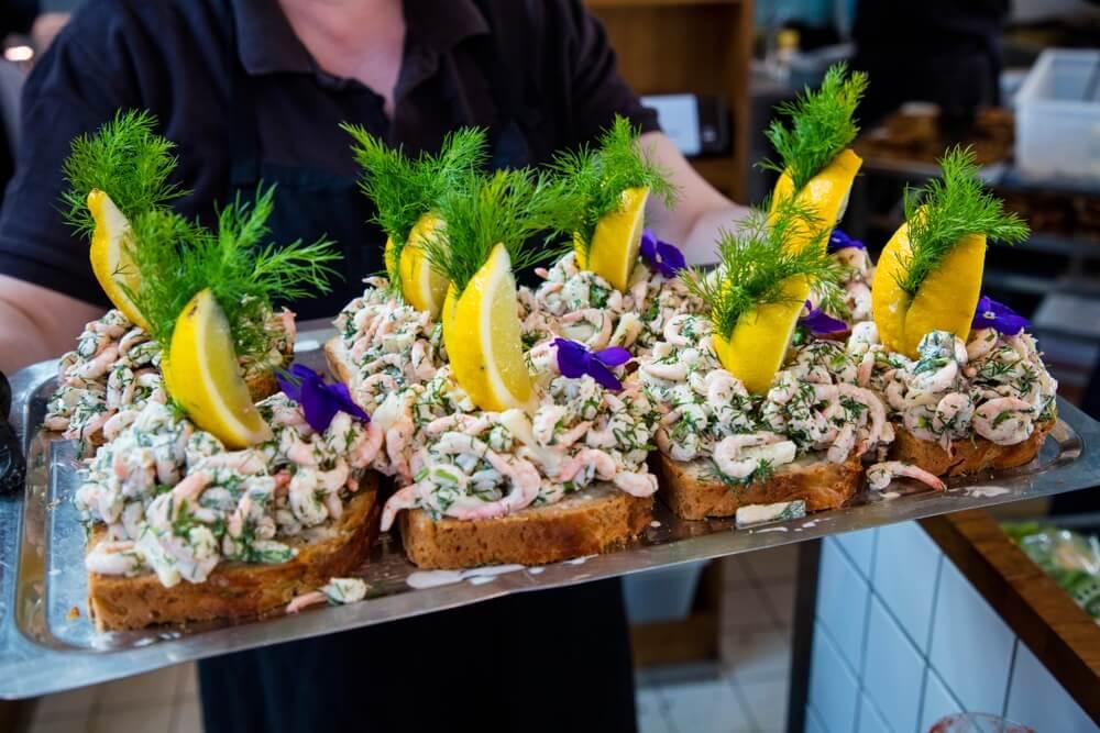 """Veel traditionele sandwiches """"smorrebrod"""" met garnalen op de voedselmarkt in Kopenhagen in Denemarken"""