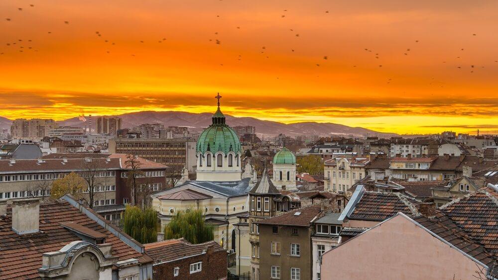 Sofia Bulgarije. Mooie zonsondergang boven Tempel St. Cyril en Methodius tegen de achtergrond van Vitosha Mountain