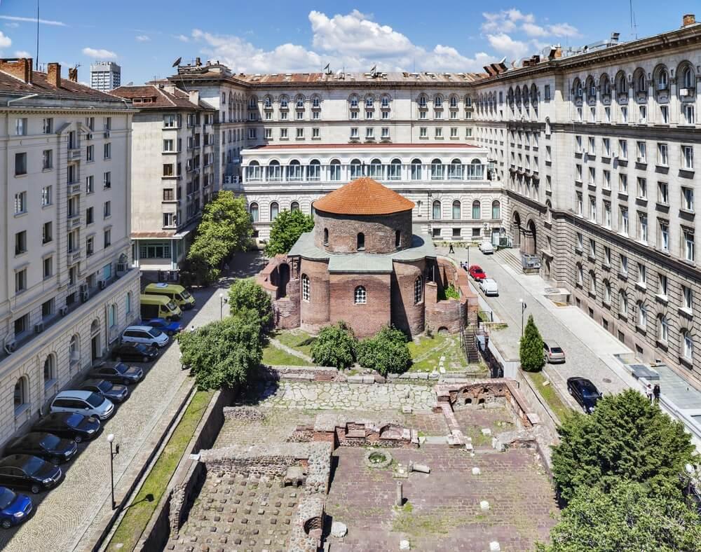 Uitzicht op de George Rotunda; de oudste kerk van Sofia. Daaromheen appartementen.