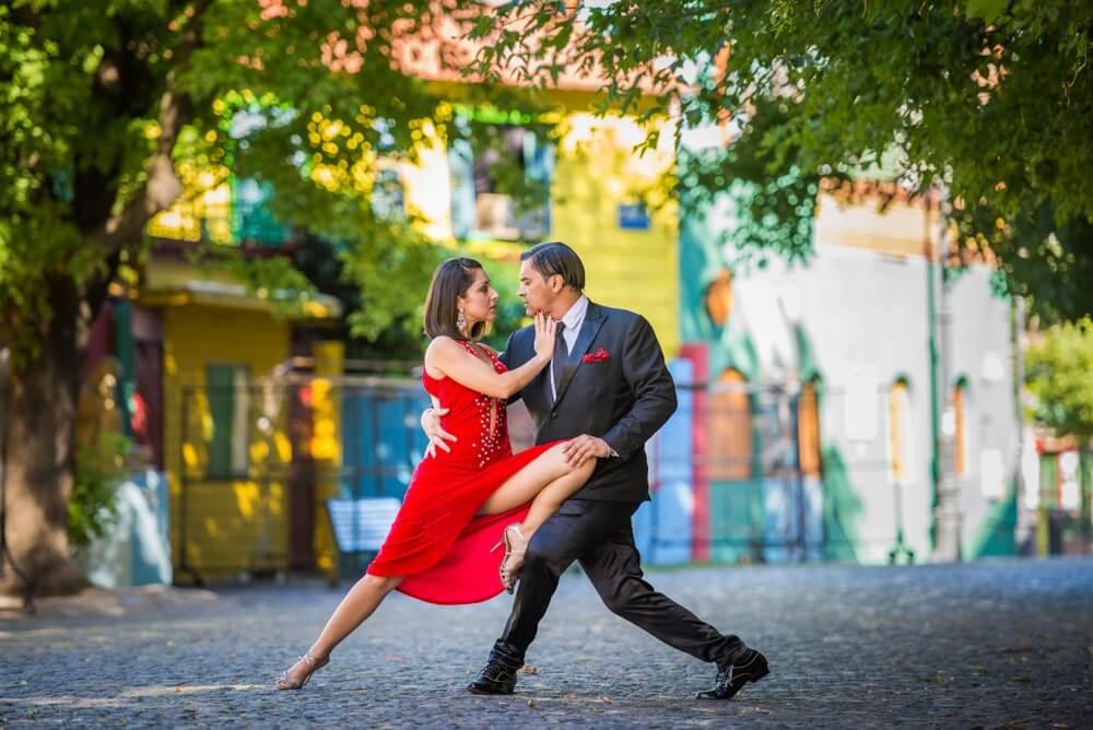 Argentijns koppel danst de tango op de straten van de wijk La Boca, Buenos Aires.