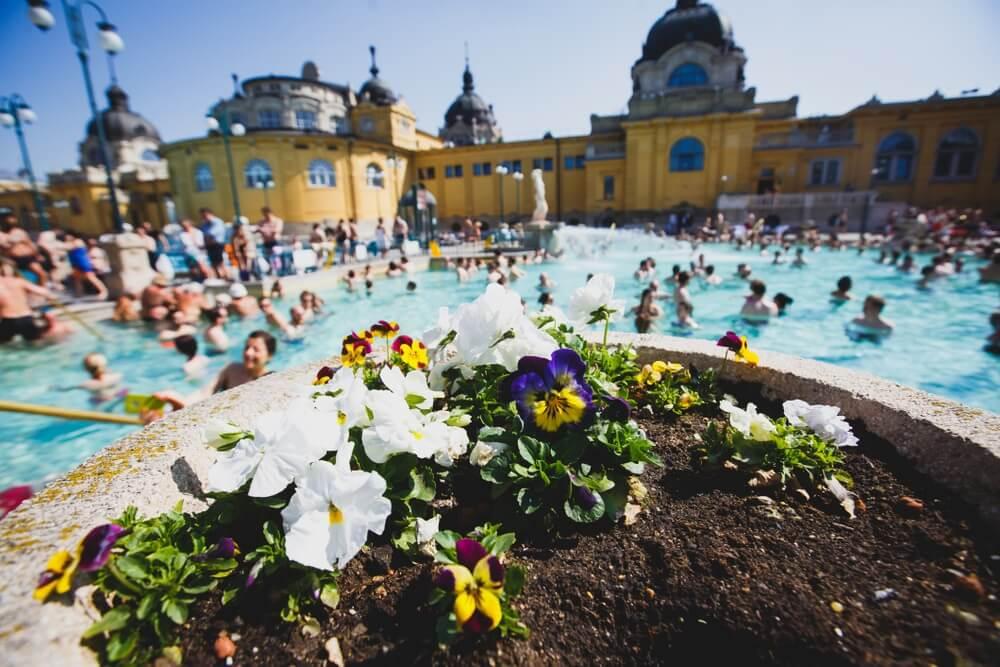 Budapest Spa Szechenyi Thermal Bath spa zwembad met blauwe lucht in de zomerdag met een menigte van mensen