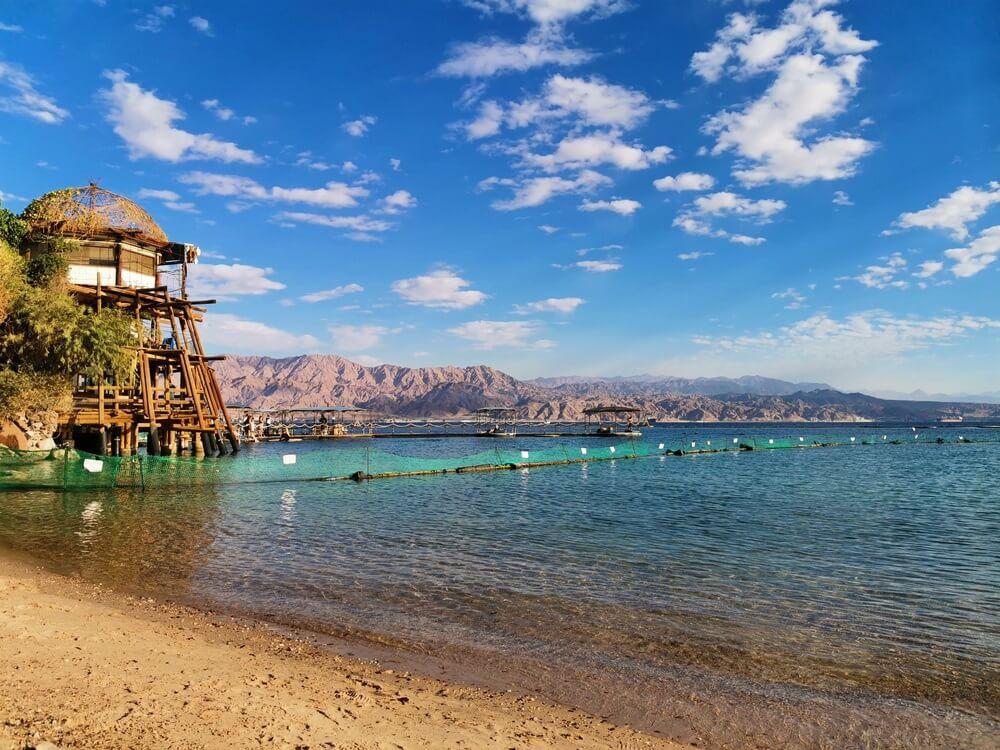 Dolphin reef in Eilat, waar een strand is, en je kunt snorkelen en duiken met dolfijnen