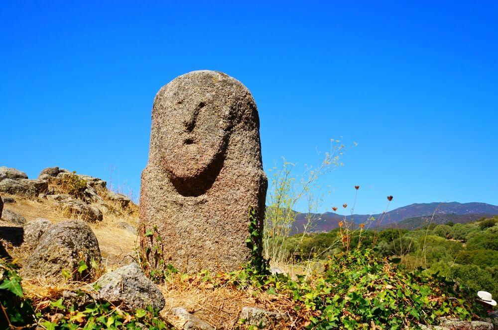 Menhir Filitosa - een van de vele beelden in het prehistorische complex Filitosa, Corsica. Strakblauwe lucht op de achtergrond.