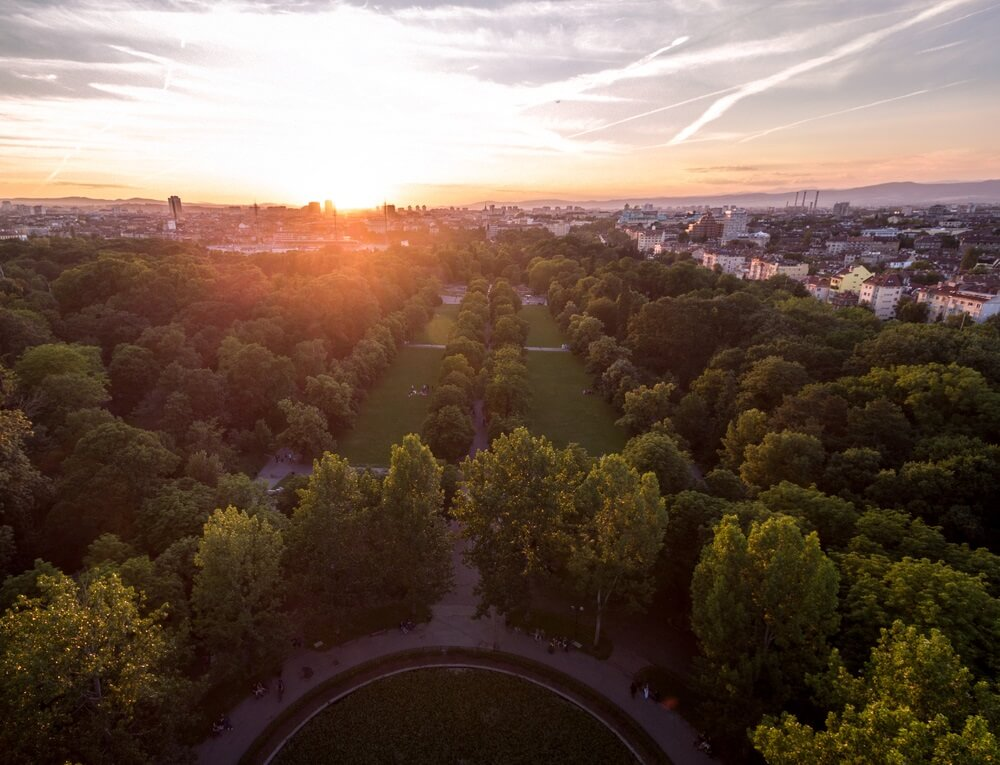 Het grootste park in Sofia, Bulgarije: Borisova Gradina, foto genomen van bovenaf.