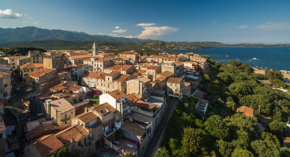 Luchtfoto van de oude stad Porto-Vecchio, Corsica, Frankrijk.