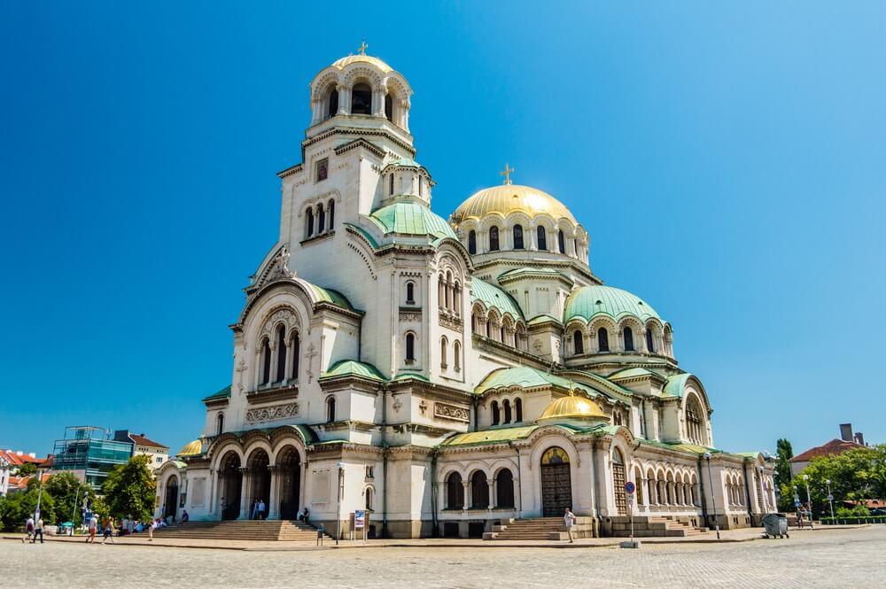 Mooi uitzicht op de St. Alexander Nevski Kathedraal in Sofia, Bulgarije. Strakblauwe lucht op de achtergrond.