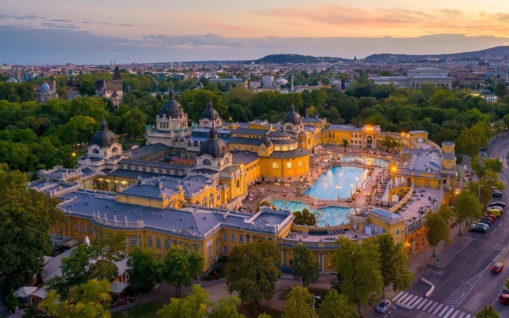 Europa, Hongarije, Boedapest. Luchtfoto van een thermaal bad in Boedapest. Szechenyi thermaal bad in het stadspark van Boedapest.