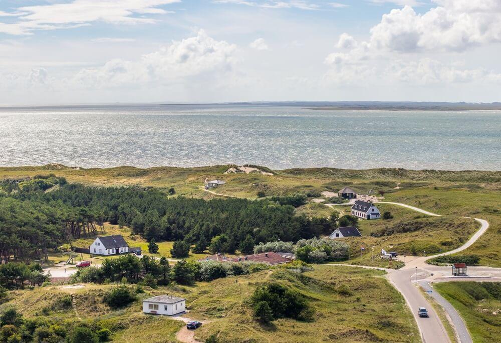Vuurtorenzicht op zee op Ameland (Nederland)