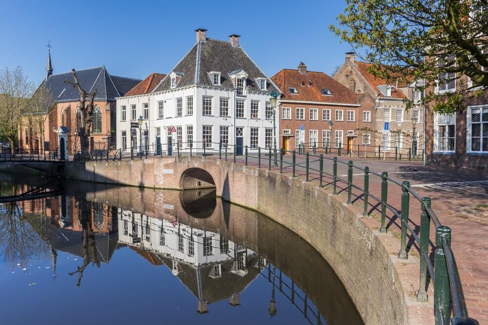Gracht met oude gebouwen in het centrum van Amersfoort, Holland.