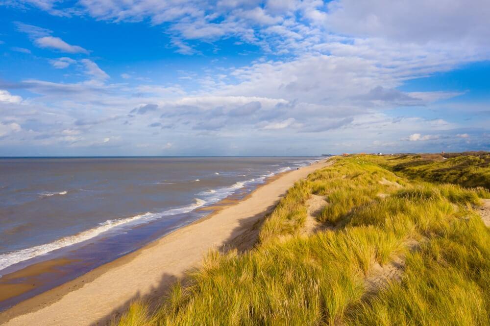 Lange kustlijn en duinen in Bredene strand, België.