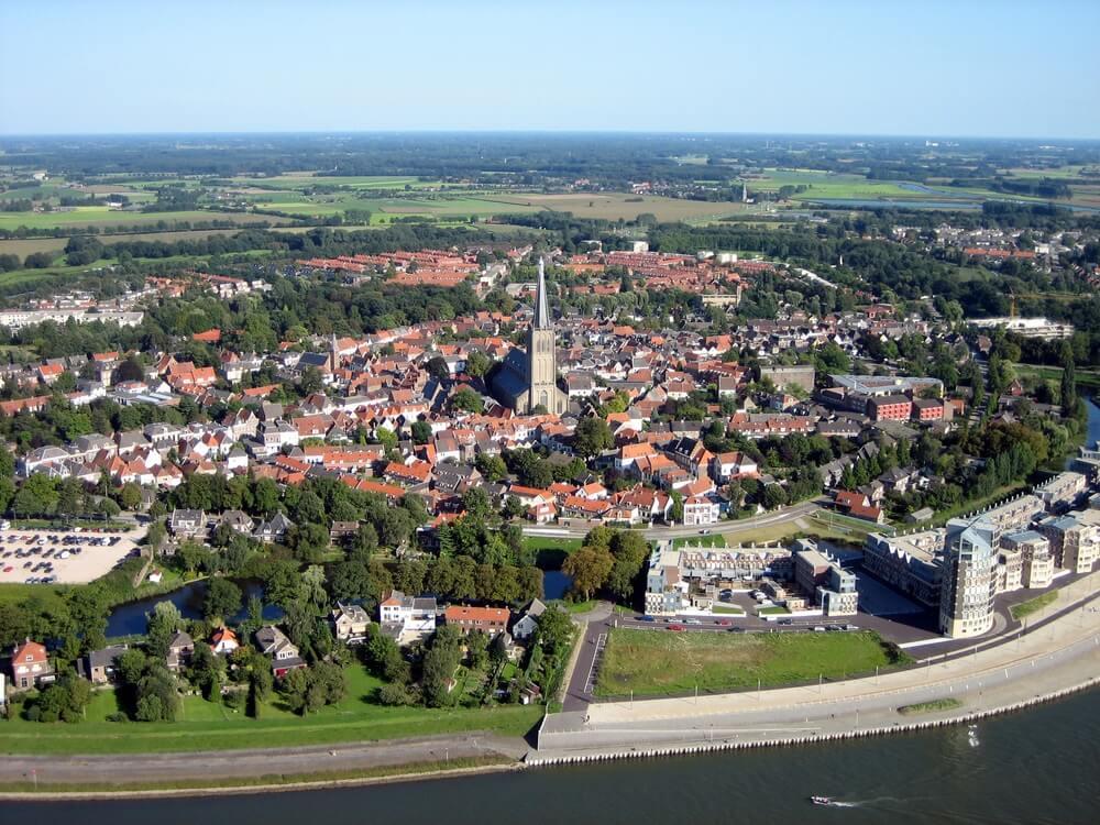 Uitzicht over de stad Doesburg, Nederland. Blauwe lucht.