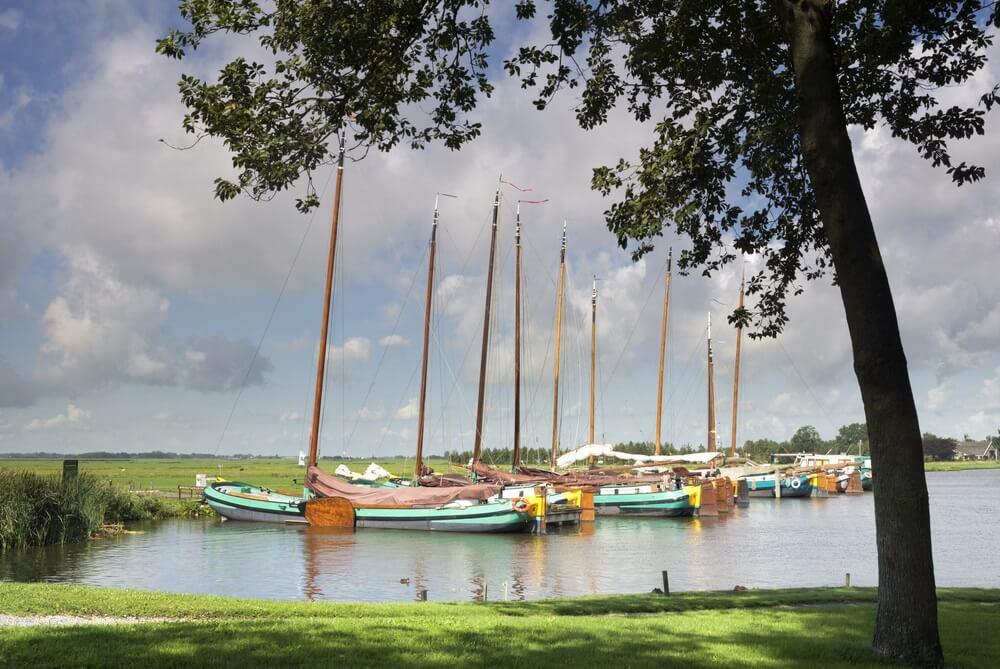 Zeilschepen in het Sleattemer Gat bij Sloten in de Nederlandse provincie Friesland