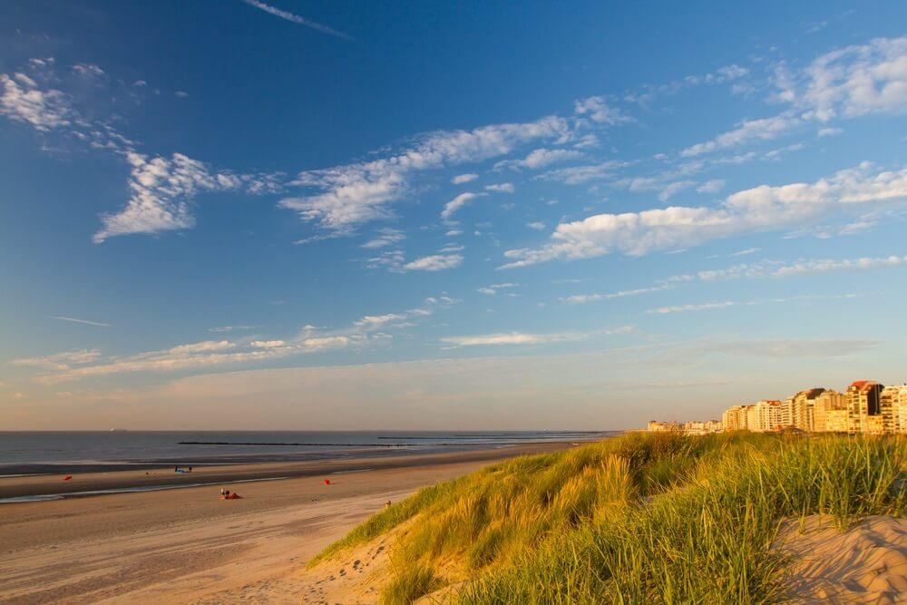 Het strand van Knokke-heist met de stad op de achtergrond.