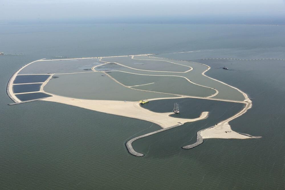 Luchtfoto van een kunstmatig eiland in het Markermeer, Holland. Er worden nog twee eilanden gebouwd. Deze 'Marker Wadden' vormen een uniek ecosysteem dat de biodiversiteit in Nederland zal stimuleren.