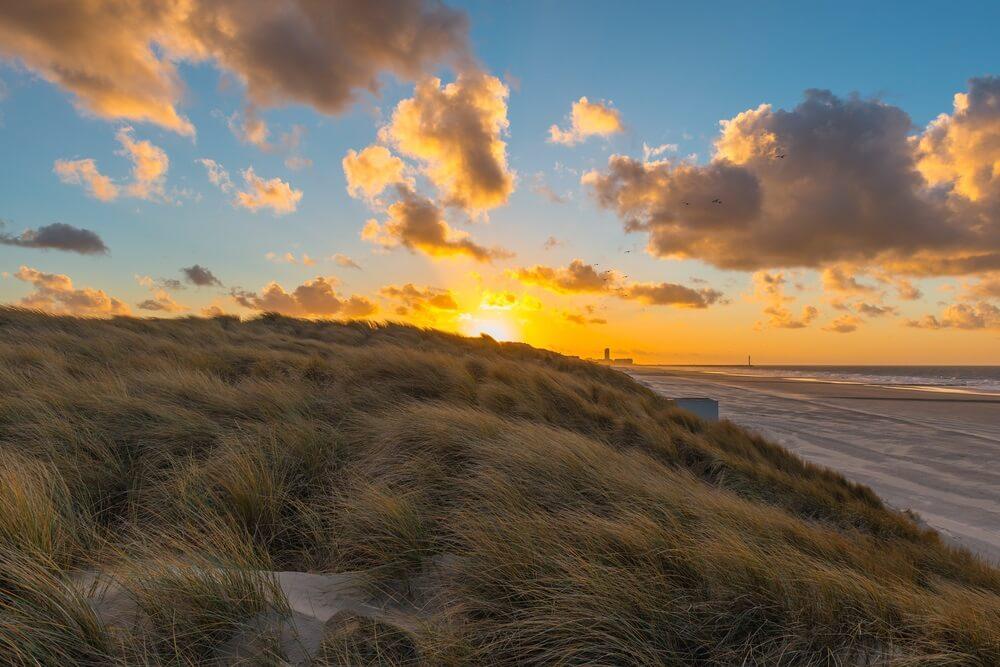 Prachtige zonsondergang aan het strand bij Oostende, België.