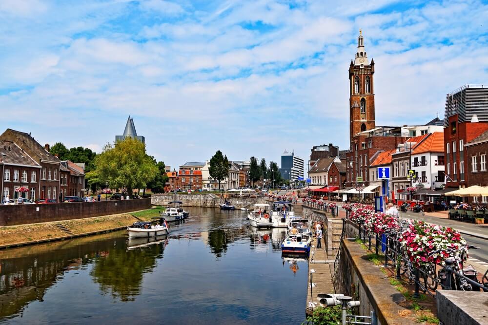 Haveningang naar het centrum in Roermond, Nederland.