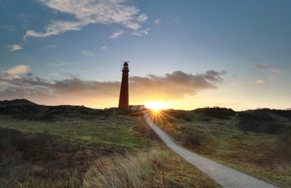 weg naar de rode vuurtoren bij zonsopgang, Schiermonnikoog