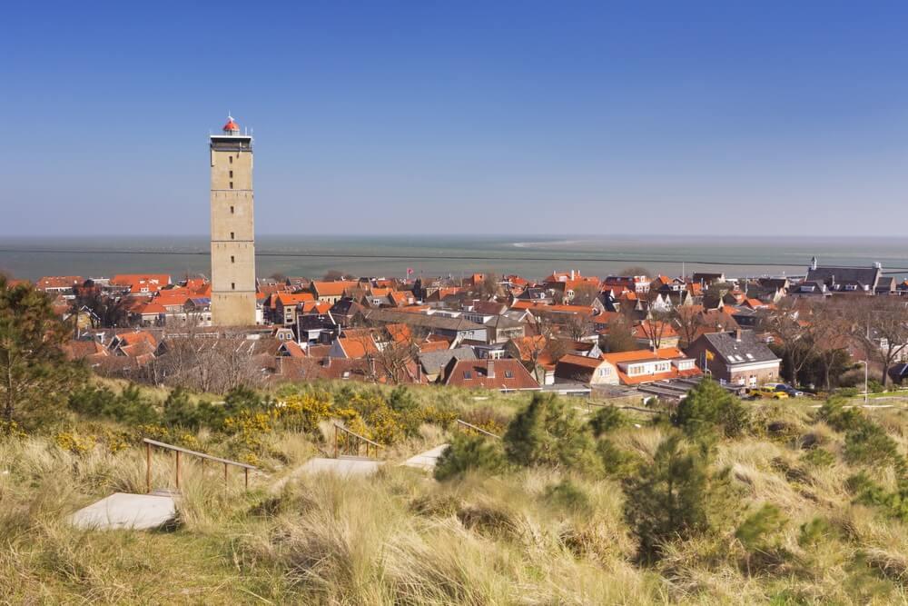 West-Terschelling dorp met de vuurtoren Brandaris op het eiland Terschelling in Nederland op een heldere en zonnige dag.
